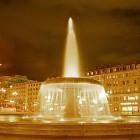 Der beleuchtete Springbrunnen vor der Frankfurter Oper